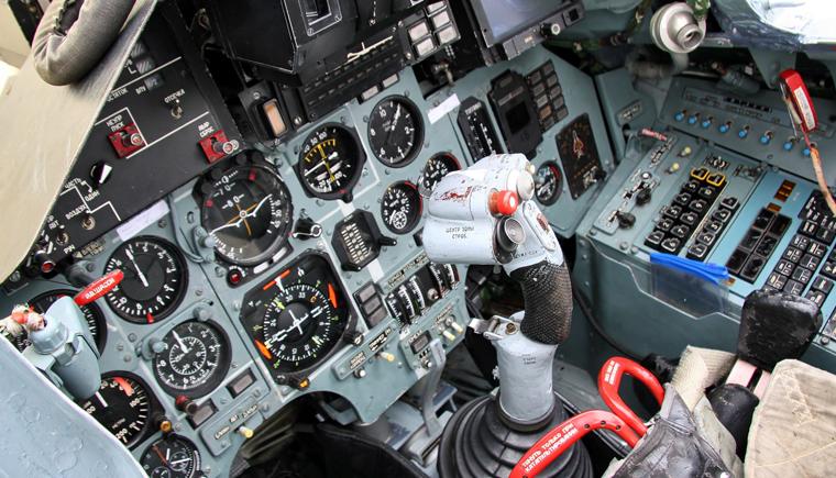 仪表遍布的苏27驾驶舱.png
